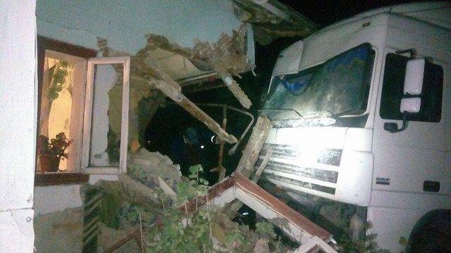 На трасі Київ-Чоп фура злетіла з дороги в житловий будинок