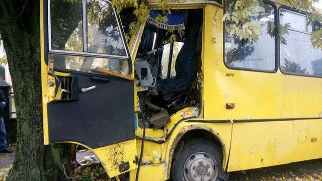 Внаслідок зіткнення маршрутки з деревом у Львові госпіталізовано 13 осіб