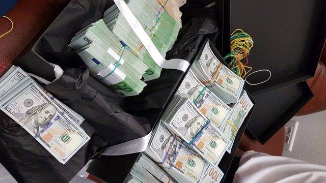 У Жулянах митники затримали жінку, яка намагалася вивезти з України $1 млн готівкою