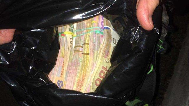 У Києві перехожі допомогли затримали крадія, який намагався поцупити ₴180 тис. з чужої автівки
