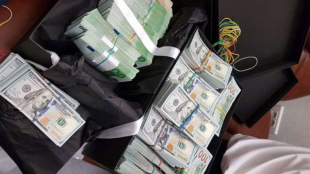 ДФС підтвердила затримання в аеропорту жінки з готівкою на $1 млн