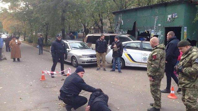 У Києві на поліцейських спробував напасти чоловік з пістолетом