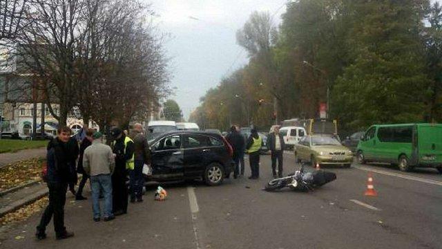 У Львові внаслідок зіткнення з авто госпіталізували водія та пасажира мотоцикла