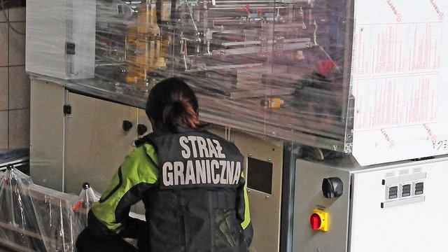 На підпільній тютюновій фабриці у Польщі затримали шістьох українців