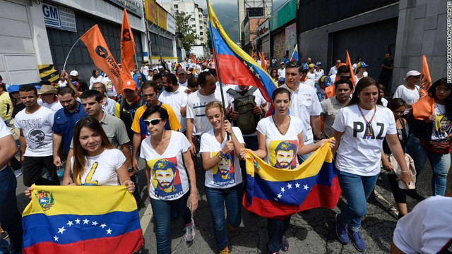 Під час масових протестів у Венесуелі загинув поліцейський, ще двох поранили