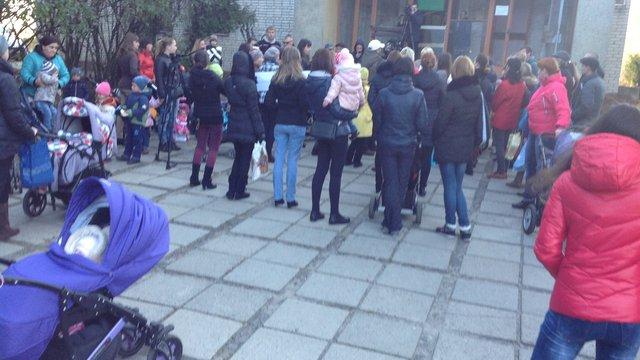 Мешканці Левандівки протестували проти закриття дитячої поліклініки