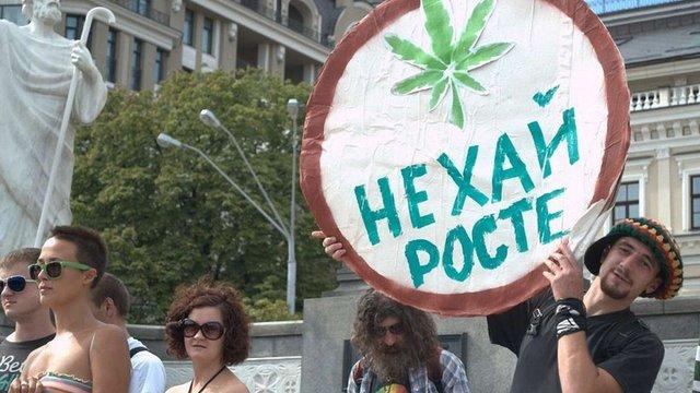 Представники «Свободи» зірвали в центрі Києва марш за легалізацію марихуани