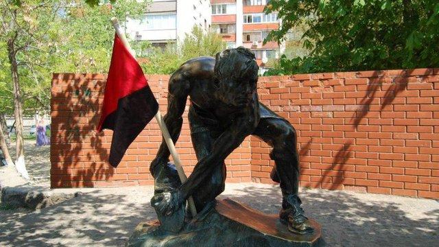 В Києві демонтували пам'ятник «Брила — зброя пролетаріату»