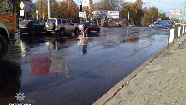Львівські патрульні зобов'язали підприємство помити дорогу, яку забруднив їх працівник