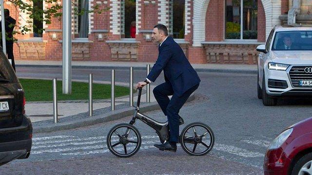 Мер Києва задекларував сім велосипедів, сім годинників і білий рояль