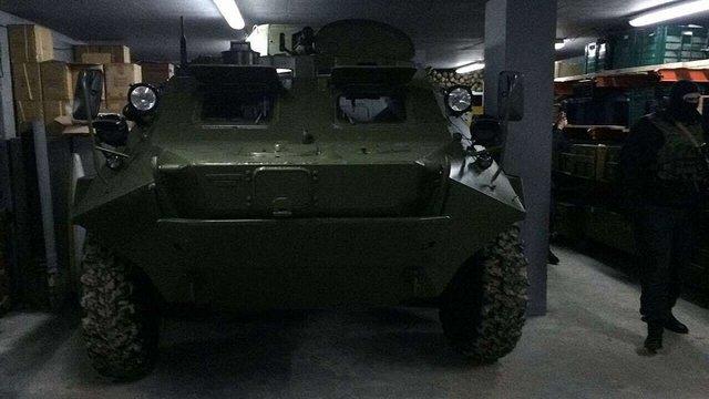 Під Києвом виявили бункер зі зброєю та БТРом
