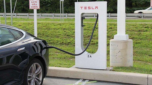 У наступному році Tesla Motors введе плату за користування електрозаправками