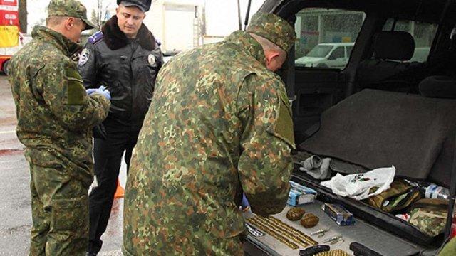 На Хмельниччині затримали автомобіль іноземців зі зброєю та боєприпасами