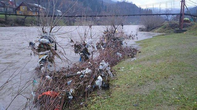 Угорщина висловила Закарпаттю офіційне застереження через сміття, принесене паводком