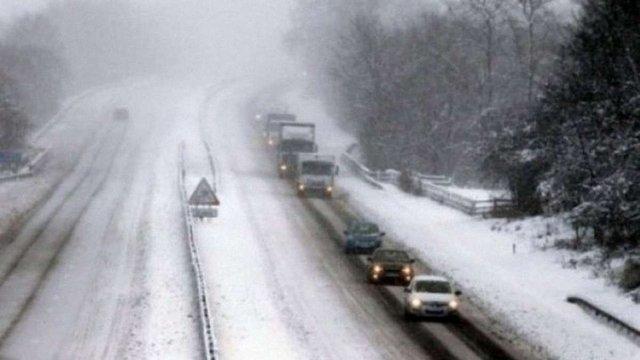 Через снігопад закрили в'їзд вантажівок до Києва