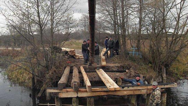 На Волині селяни за день самотужки відновили міст між двома селами