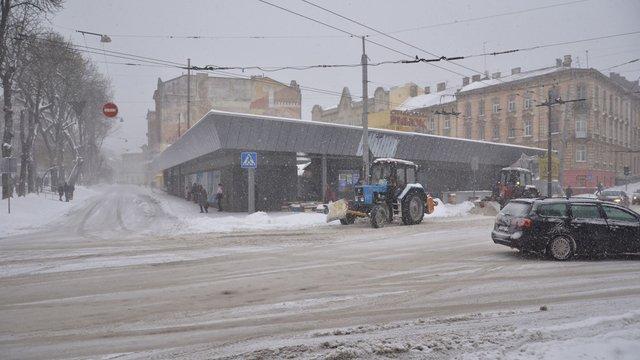 У Львові снігоприбиральна техніка і двірники працюватимуть увесь день