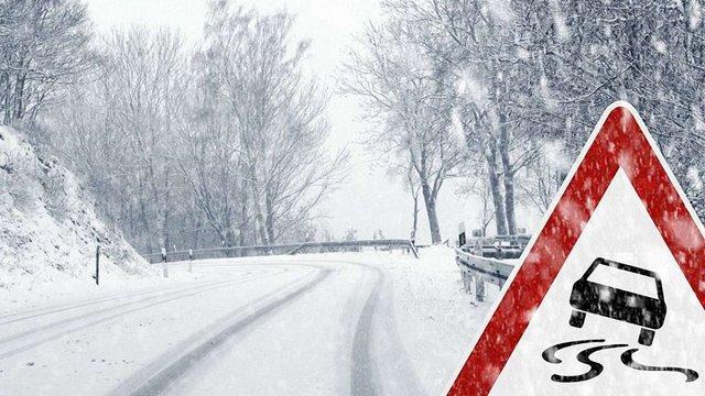У семи районах Буковини через снігопад повністю закрили рух на дорогах