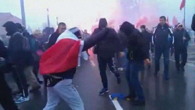 Польські націоналісти побили провокаторів, які спалили прапор України під час Маршу незалежності