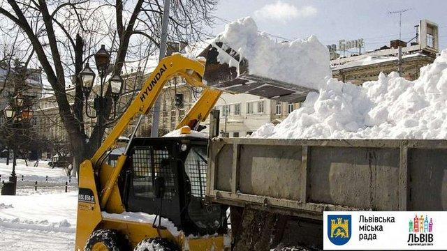Майже 100 снігоочисних машин прибирали вулиці Львова