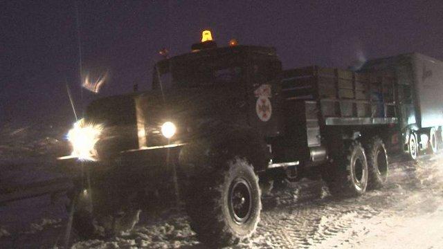 Надзвичайники Львівщини витягають карети швидкої допомоги зі снігових заметів