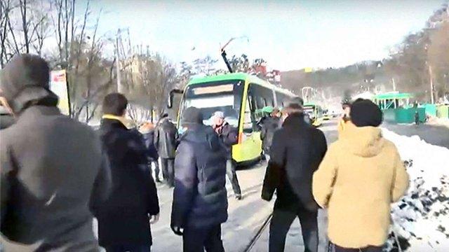 Кілька десятків протестувальників перекрили дорогу під час першого рейсу трамвая на Сихів