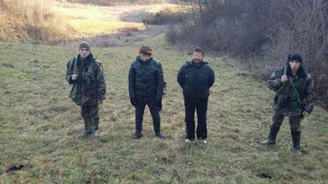 Львівські прикордонники-строковики затримали двох нелегалів