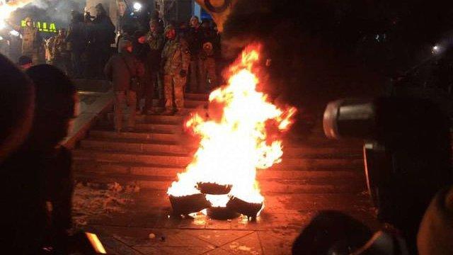 На Майдані відбулися сутички з правоохоронцями через спробу запалити шини