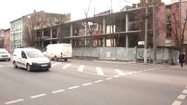 У центрі Львова замість двоповерхової будівлі зводять офіс на чотири поверхи