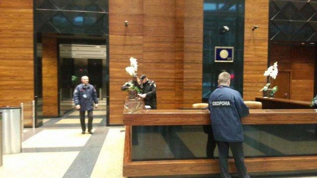 У торговий центр власника банку «Михайлівський» прийшли з обшуком озброєні силовики