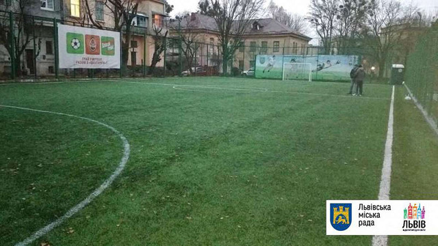 На вул. Тернопільській у Львові відновили майданчик для міні-футболу