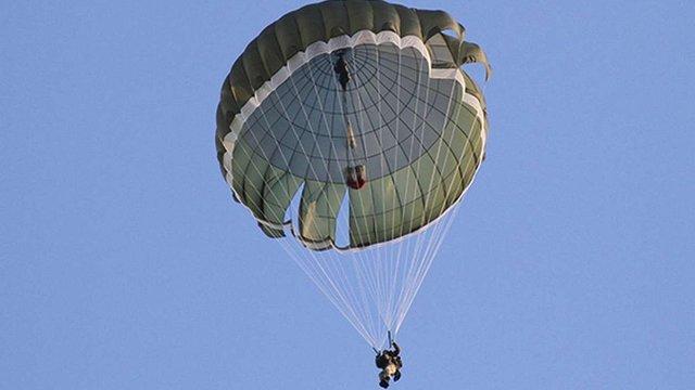 Українські військові випробовували новітні парашутні системи