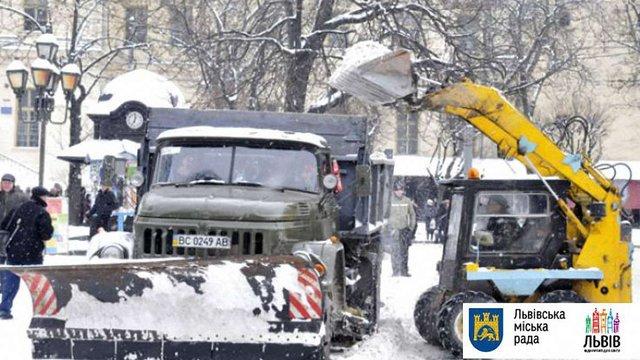 Вночі до прибирання вулиць Львова залучать додаткову піскорозкидальну техніку