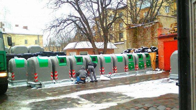 У центрі Львова встановлюють сучасні сміттєві контейнери закритого типу
