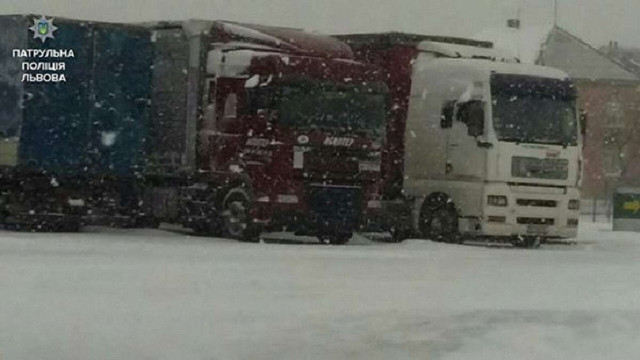 Через погодні умови вантажівки на Львівщині скеровують на спецстоянки