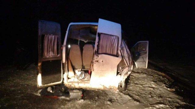 На Дніпропетровщині п'ятеро людей загинули внаслідок зіткнення автобуса з вантажівкою
