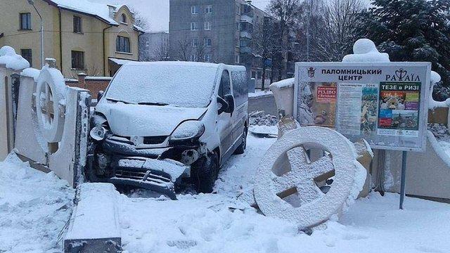 У Львові водій автомобіля протаранив огорожу церкви