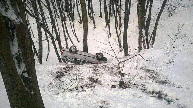 У Львові автомобіль без водія злетів у глибокий яр і перекинувся