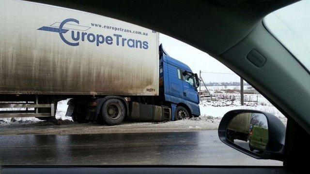 У Волинській області через ожеледицю на дорогах перекрили рух транспорту