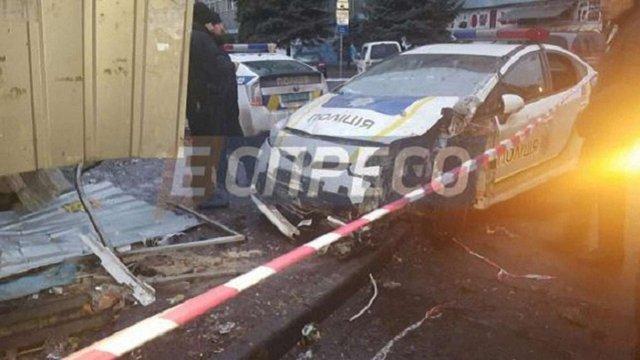 Поліцейський автомобіль розтрощив хлібний кіоск у Києві