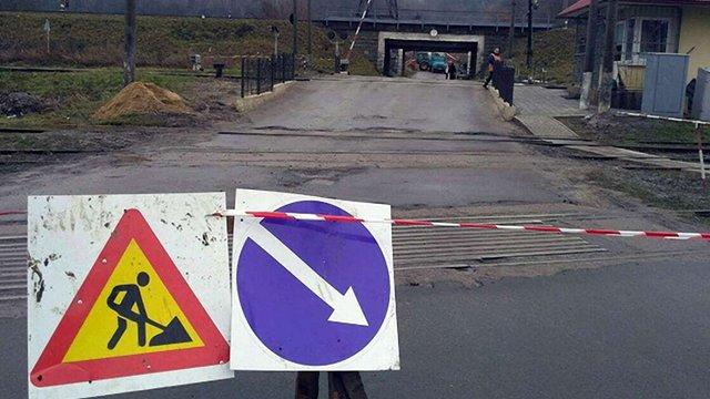 Через прорив труби у Львові закрили залізничний переїзд на вул. Польовій