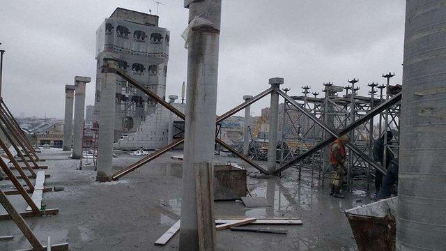 На Будинку профспілок у Києві демонтували один з незаконних поверхів надбудови