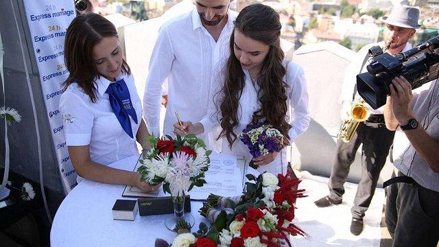Три тисячі українських пар уклали «шлюб за добу»