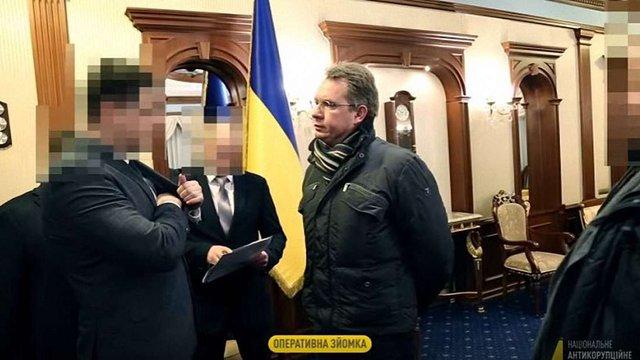 НАБУ опублікувало відео вручення повідомлення про підозру голові ЦВК