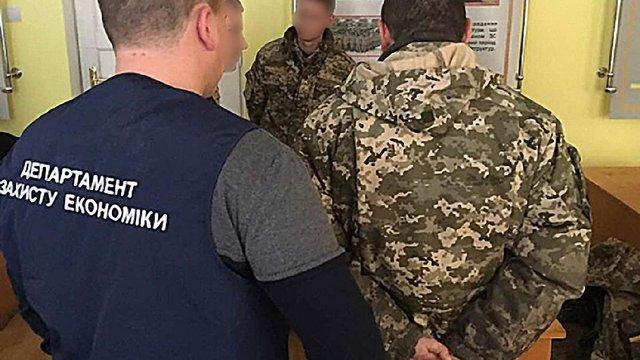 На Львівщині за систематичні вимагання хабарів від солдатів затримали двох військових