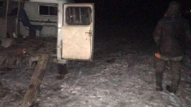 На Житомирщині правоохоронці затримали бригаду нічних копачів бурштину