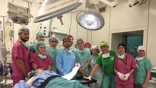Польські хірурги вперше у світі пересадили кисть народженій без рук людині