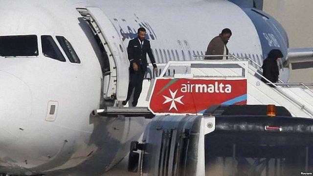 Із захопленого лівійського літака відпустили майже усіх пасажирів