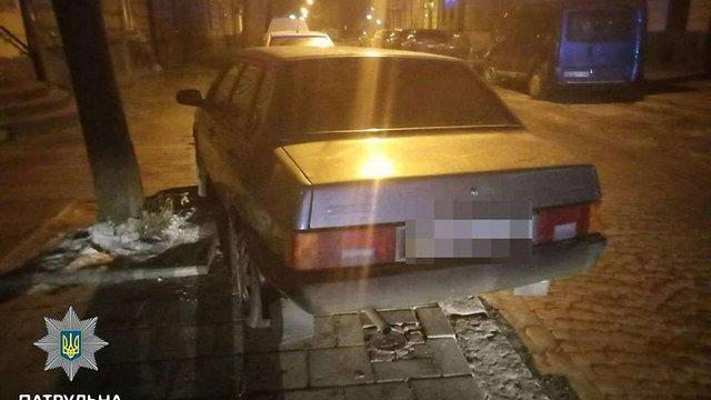 Львівські патрульні із застосуванням сили затримували п'яного водія та агресивного пасажира