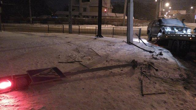 Унаслідок ДТП на перехресті у Львові водій зніс світлофор